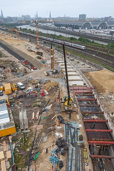 Blick von oben auf Hamburgs längste Baustelle zur Erweiterung des U-Bahn-Tunnels U4 in Richtung der Elbbrücken