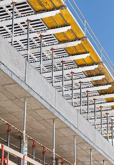Mit der SKYDECK Bühne erreichte das Baustellenteam die systematische Montagefolge und die hohe Sicherheit des Standardfeldes auch am Deckenrand. Zudem stand bei der Herstellung der Brüstungen genügend Arbeitsraum zur Verfügung.