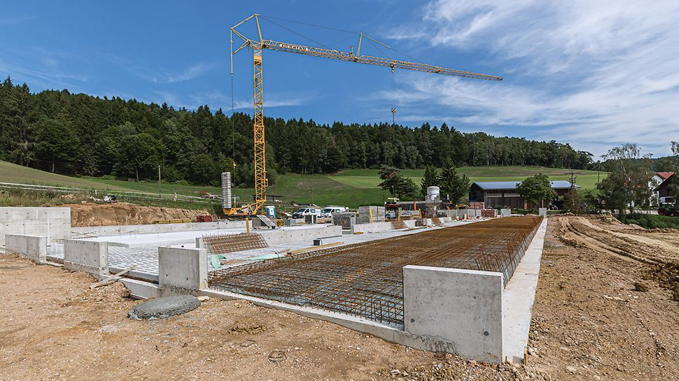 Der neue Milchviehstall bei Wörth a. d. Donau wird 57 m lang und knapp 30 m breit. Alle Ortbetonbauteile wurden mithilfe der DUO Verbundschalung hergestellt.