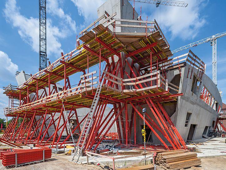 Individuelle Anpassung des PERI Gerüstlösung an die komplexen Geometrie des Neubaus vom Zentralgebäude der Leuphana Universitätin Lüneburg.