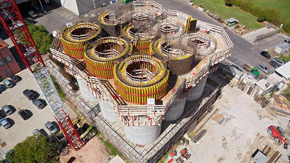 Obilná sila, Parma, Itálie - Hospodárná koncepce šplhání PERI: s kompletním podlažím lávek a polovičním množstvím zásob stěnového bednění bylo docíleno rychlého a plynulého postupu prací.