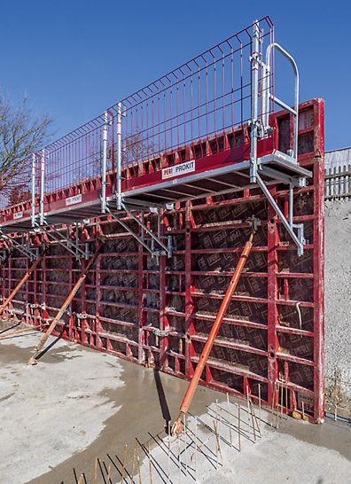 Das modulare System MXK besteht aus leichten, vormontierbaren Systemteilen. Der Aufbau ist am Boden von Hand machbar.
