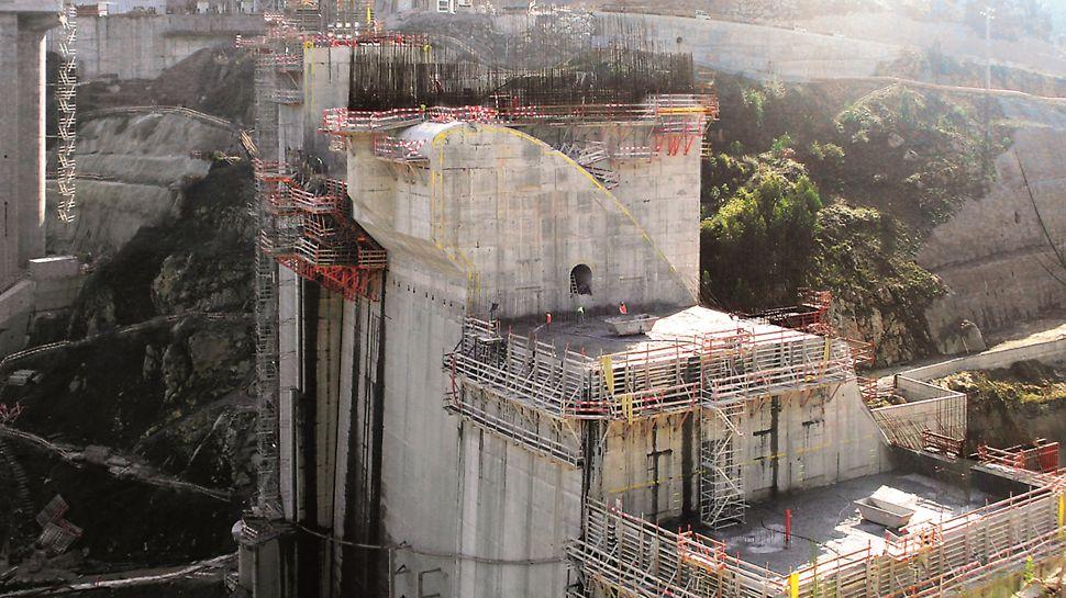 """Aproveitamento Hidroeléctrico de Ribeiradio-Ermida - Cofragem PERI """"Vario"""" para execução de paramento inclinado e juntas. Consolas SKS180-TR para apoio da cofragem."""