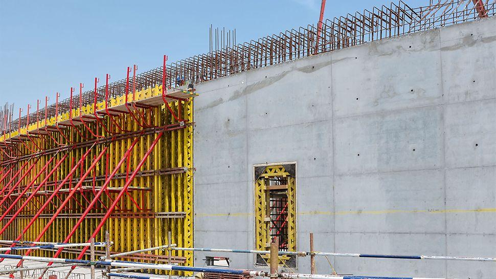 PERI je takođe napravio odgovarajuće rešenje za različite, zakrivljene zidove objekta: VARIO GT 24 zidna oplata od drvenih rešetkastih nosača savršeno prilagođena, kako bi odgovorila visokim arhitektonskim zahtevima.