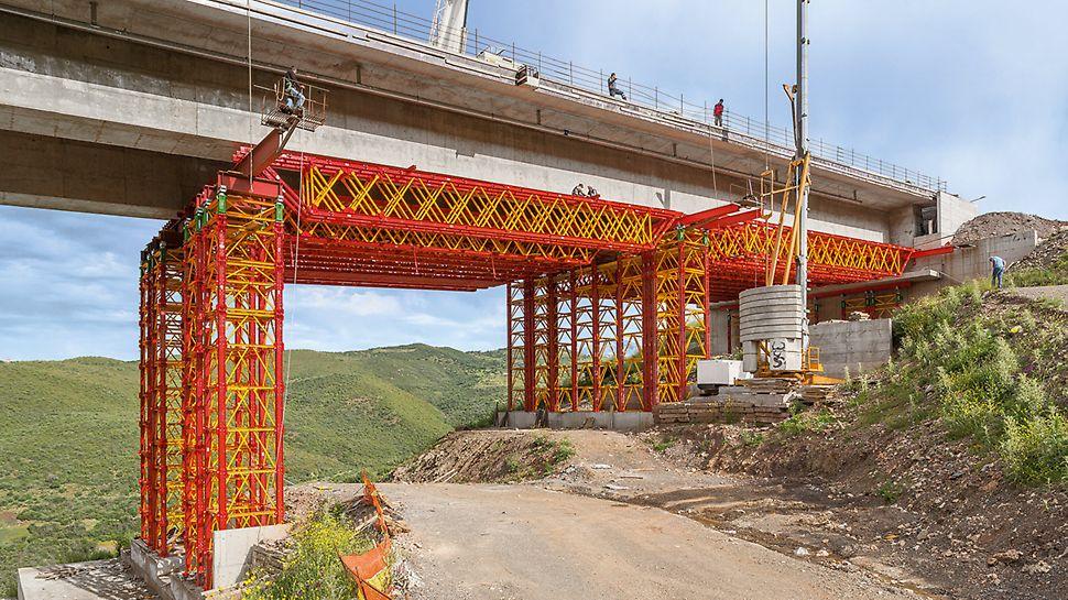 Torres para cargas elevadas y cerchas VARIOKIT sirven de cimbra de gran capacidad de carga, para los tramos extremos de un puente de autopista de 412 m de largo.