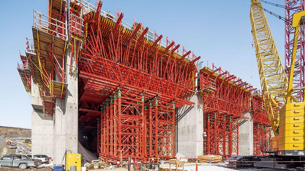 Wasserkraftwerk Smithland - Die Decke über den Röhren ist über 4,00 m stark und wird in mehreren Betonierabschnitten erstellt. Die hohen Lasten erfordern eine lange Standzeit der Schalung, der maßgeschneidert geplanten Gespärre und der Schwerlasttürme.