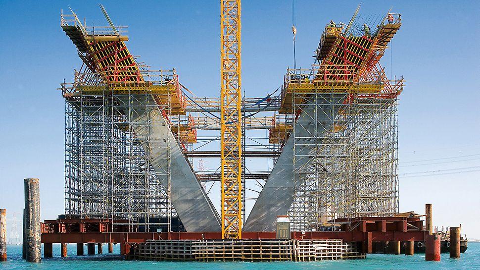 Sheikh Khalifa Brücke, Abu Dhabi, Vereinigte Arabische Emirate - Das flexible PERI UP Gerüstsystem konnte geometrisch an jede Höhe und an jeden Lastfall angepasst werden.