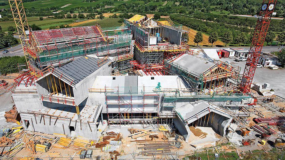 VitraHaus, Weil am Rhein, Deutschland - Beim VitraHaus wurden zwölf Stahlbetonkörper mit massiven Satteldächern zu einem 20 m hohen Gebäudekomplex aufgeschichtet.