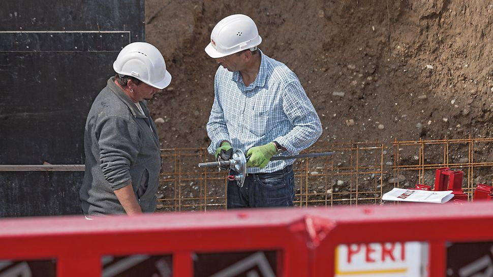 PERI Fachberater Richard Wetzel gibt vor Ort wichtige Tipps im Umgang mit dem Wandschalungssystem.