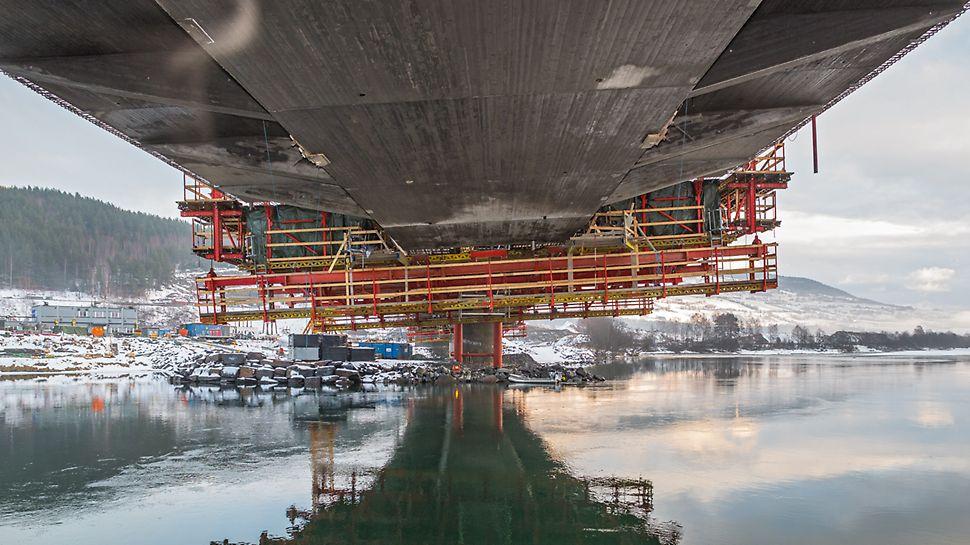Most Harpe Bru: Návrh letmé betonáže se systémem VARIOKIT vedl k rozměrové přesnosti. Obložením překližkou se strukturou prken vznikl velmi kvalitní povrch betonu.