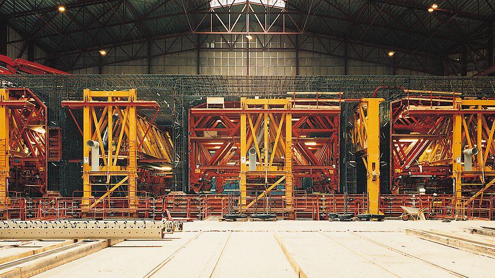 Tunel Øresund: Jedna ze dvou výrobních linek, jejíž sestavy bednění vážily celkem 1 150 t. Vnitřní bednění zde zajíždělo do armovacího koše.