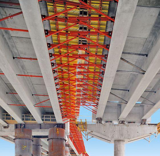 Most Golden Ears: Bezpečně a efektivně: 2,50 široké pracovní a ochranné plošiny ze standardních systémových konzol stavebnice PERI VARIOKIT pro betonáž mostovky.