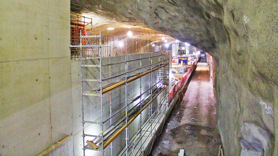 Aseman Lauttasaaren puoleinen sisäänkäynti avataan heti länsimetron valmistuessa. Koivusaaren puoleinen sisäänkäynti on puolestaan tarkoitus jättää suljetuksi, kunnes Koivusaaren alue rakentuu.