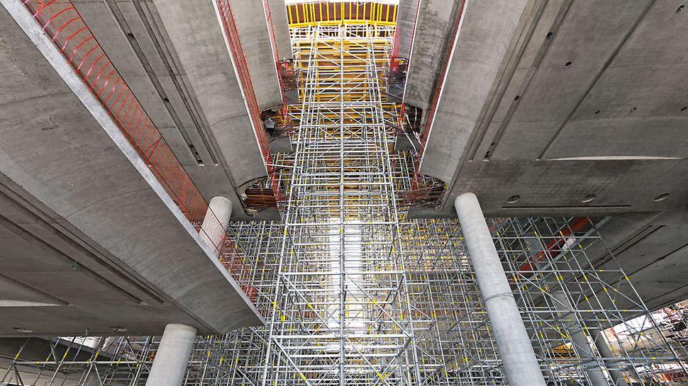 Správní budova banky Ciudad de Buenos Aires: Spodní stavba lešení PERI UP Rosett Flex se vzhledem k metrickému modulu optimálně přizpůsobila různému podloží.