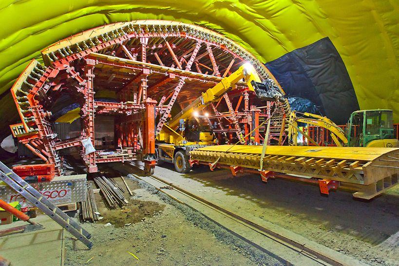Transport eines Schalelements durch einen montierten Gewölbeschalwagen