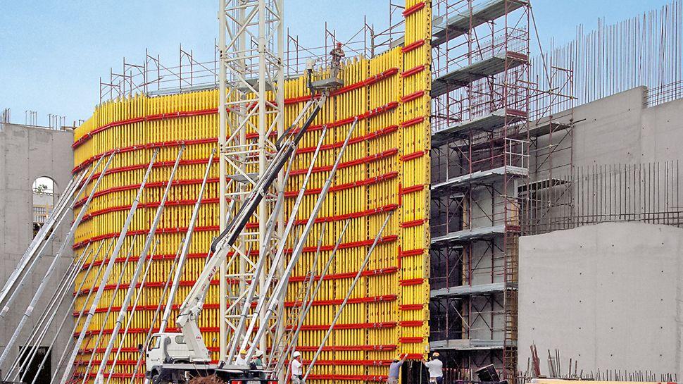 Elementy VARIO o wysokości 14 m wytrzymują wysokie parcie mieszanki betonowej. Wielkoformatowe płyty poszycia FinPly Maxi zapewniają znakomitą jakość powierzchni betonu.