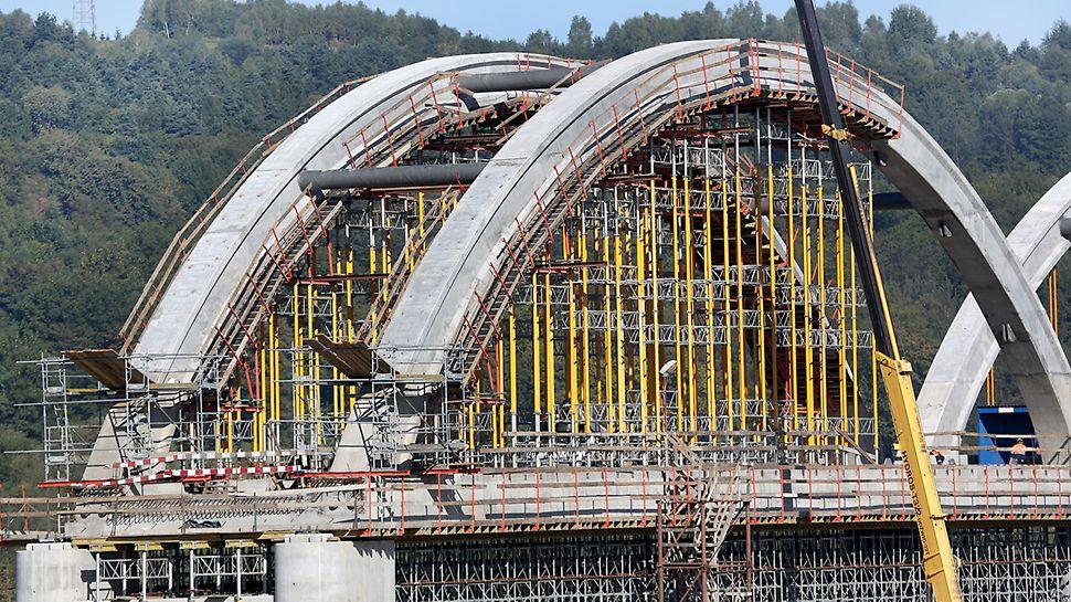 Budowa łuków mostu.