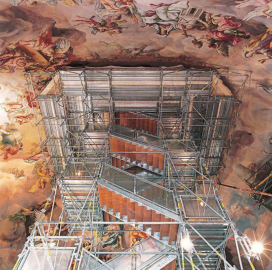 Karlskirche Wien, Österreich - Die auskragende Arbeitsplattform aus Sicht der Besucherplattform.