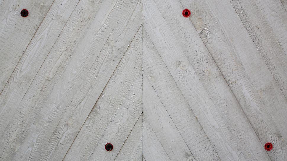 Widok ściany szczytowej na ostatnim piętrze, beton architektoniczny z odciskiem surowych desek.