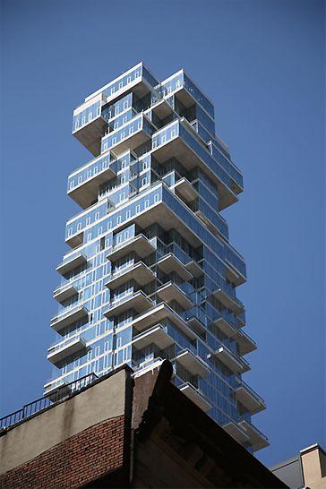 Aus bestimmten Perspektiven entsteht beim Betrachter der optische Eindruck als würde das Gebäude aus aufeinander gestapelten Bauklötzen oder Schachteln bestehen.