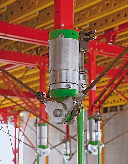 Klinika South Health Campus: Průhyby jsou během betonáže zaznamenávány senzory a pomocí hydraulických válců automaticky vyrovnávány.