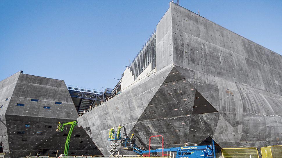 Der Übergang der flachen, dreikantigen Wandebenen 15 und 16 zu den verdrehten Rundungen von Wand 14 stellte sich als eine der schwierigsten Aufgaben dar, die das PERI Team zu bewältigen hatte.