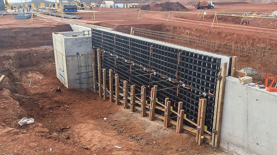En la medida de lo posible se usan paneles estándar DUO; los agregados inclinados son cortados en madera por carpinteros especialistas en encofrados.