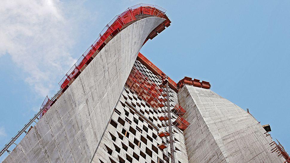 Al Hamra Tower, Kuwait - Die Herstellung der Flügelwände mit verwundener Oberfläche erfolgt maßgenau mit PERI SKS/VARIO Kletterschalungseinheiten.