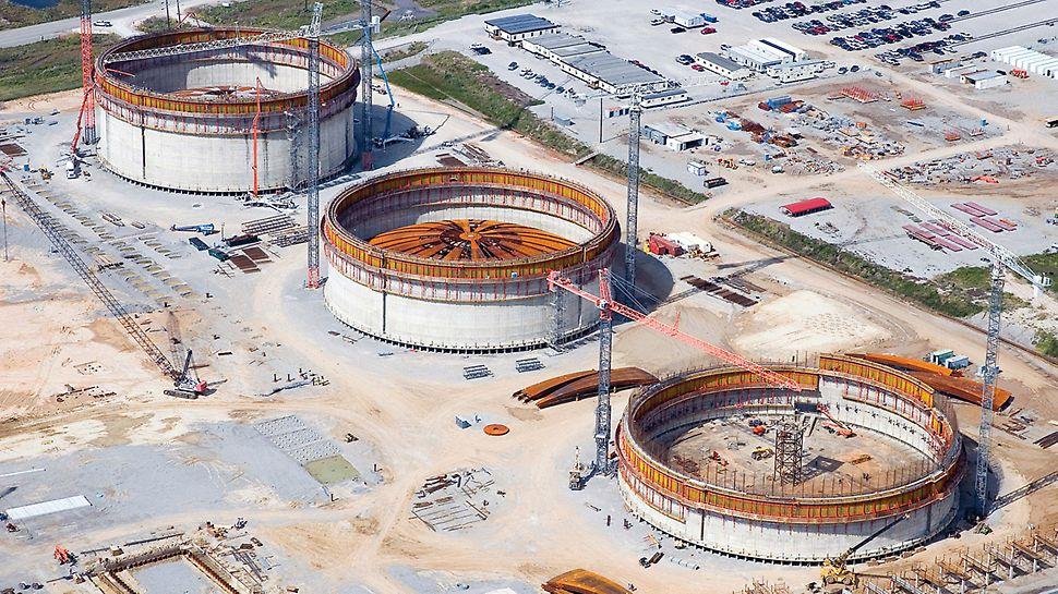 LNG Flüssiggastanks, Cameron, USA - Mit PERI Know-how entstehen im amerikanischen Bundesstaat Louisiana gleich drei riesige Flüssiggastanks auf einmal. Jedes der Bauwerke weist 80 m Durchmesser und, nach Fertigstellung, eine Wandhöhe von 44 m auf.