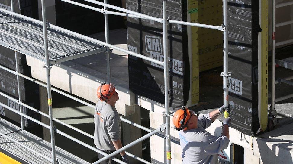 Schnell und dennoch sicher einrüsten und nutzen können: Hier bietet PERI UP Easy mit seiner systemintegrierten, vorlaufenden Geländermontage auf der Längs- und Stirnseite eindeutige Vorteile gegenüber Lösungen, die technische Schutzmaßnahmen nur über zusätzlich auf- und abzubauende Ergänzungsbauteile erreichen.