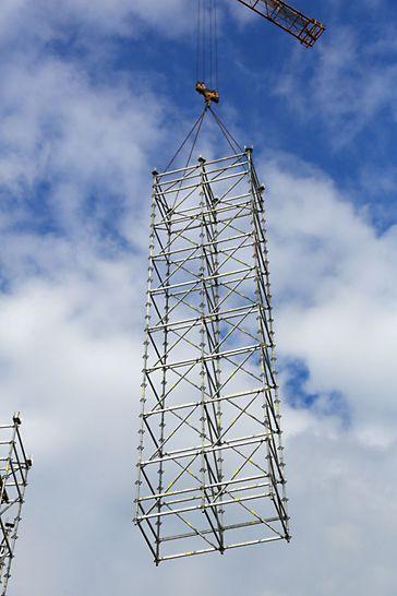 Poziomy montaż wież podporowych PERI UP zwiększał bezpieczeństwo ekip montażystów rusztowań.