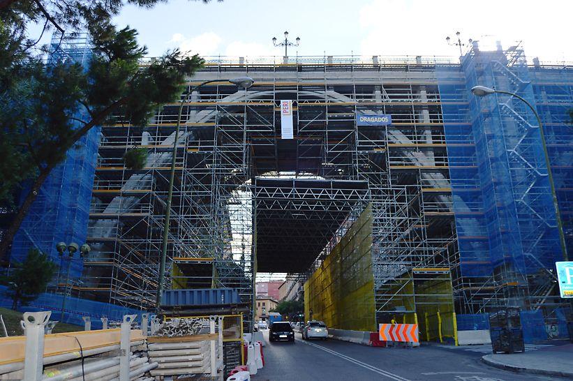 Viaducto calle Bailén, Madrid - Se instaló una estructura de andamio de 50 metros de longitud realizada con vigas de celosía ULA y plataformas metálicas UDI forradas con tablero para proteger el paso de personas y vehículos.