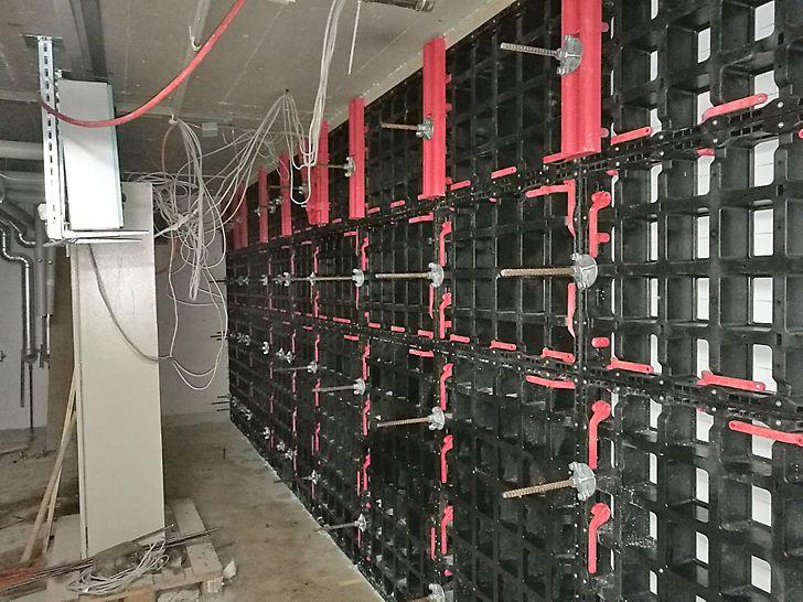 Wand im UG eingeschalt und bereit zum Betonieren mit SCC - Beton