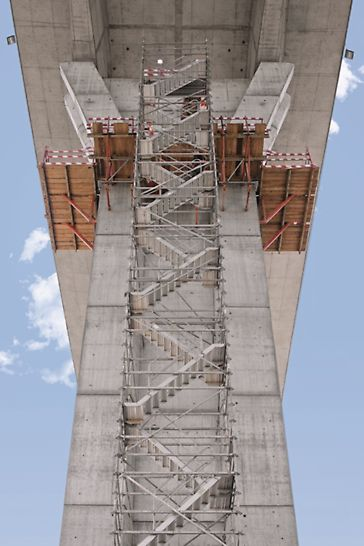 Ponte sobre o Rio Uima - Acessos integrados nas plataformas