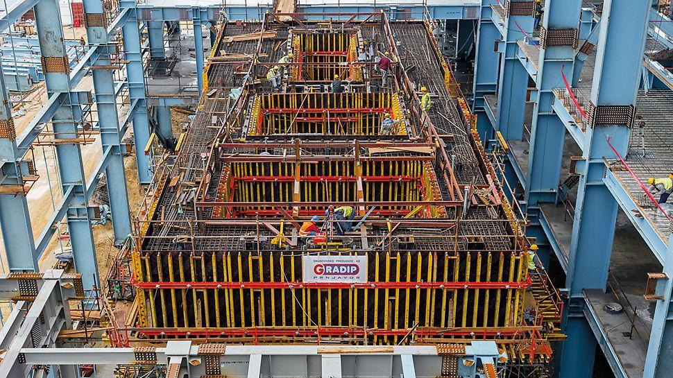 Wärmekraftwerk Stanari, Doboj, Bosnien und Herzegowina - Die Grundfläche des Turbinenbauwerks misst 30,50 m x 12,00 m und ist gekennzeichnet durch massige Wände, Unterzüge und Decken. Der bewährte, tragfähige Gitterträger GT 24 mit hoher Biegesteifigkeit ist eines der Hauptbauteile für die projektspezifisch geplanten Schalungen.