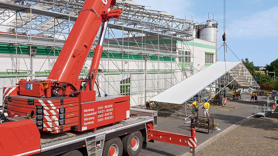 Zastřešení výrobní haly Gerolzhofen: Skoro 30 m dlouhé sestavy bylo možné ručně předem smontovat na zemi a potom bezpečně vyzdvihnout s pomocí mobilního jeřábu, což velmi urychlilo postup stavby.
