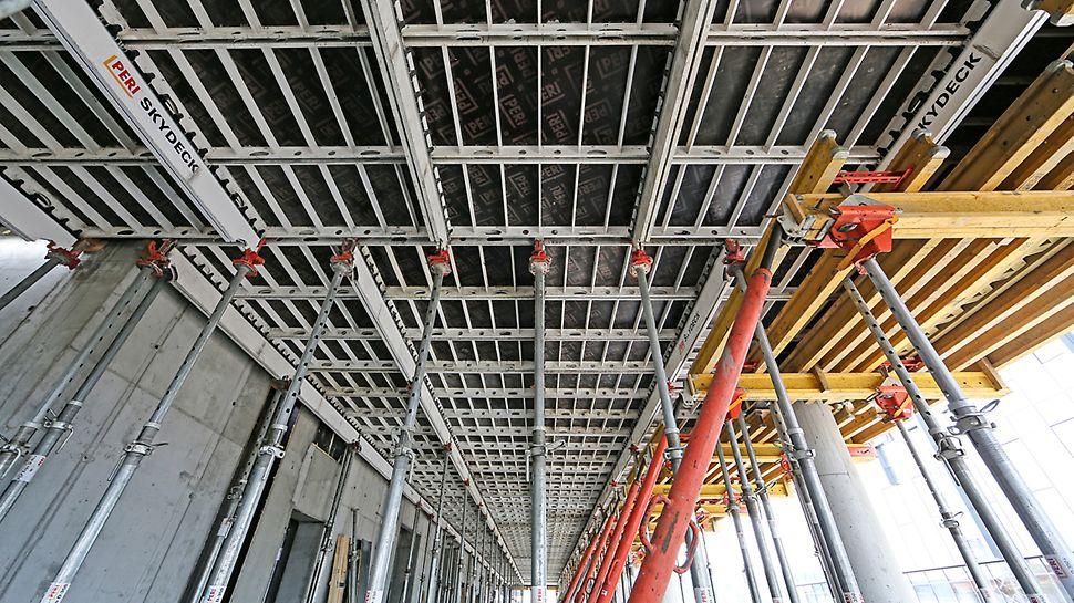 System SKYDECK jako deskowanie stropowe, stoliki stropowe UNIPORTAL jako deskowanie belki obwodowej.