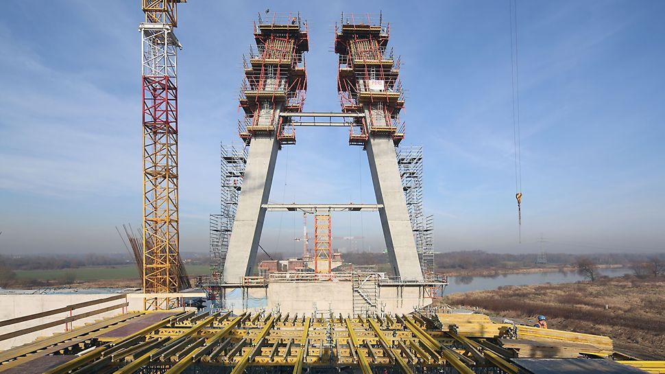 Zdjęcie: Ramiona pylonów mostu MD7 wzniesiono z zastosowaniem pomostów samoczynnego wspinania PERI RCS z deskowaniem PERI VARIO