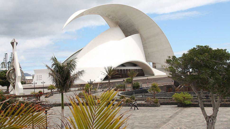 Auditoriul din Tenerife, Tenerife, Spania - Situată într-o poziție proeminentă , pe malul mării, arhitectul Santiago Calatrava a prezentat o operă de artă.