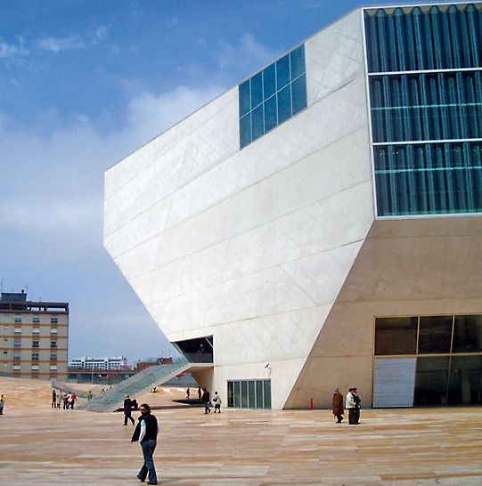 Casa da Música, Porto, Portugal - Der Sichtbetonbau gleicht einem Kristall, dessen Form sich von innen heraus entwickelt und dessen Konzertsaal das Herzstück bildet. Die Betonhülle umschließt einen Stapel von Raumkuben und spannt sich wie eine Haut um diese, inklusive der freien Zwischenräume. (Foto: A. Minson, The Concrete Centre)