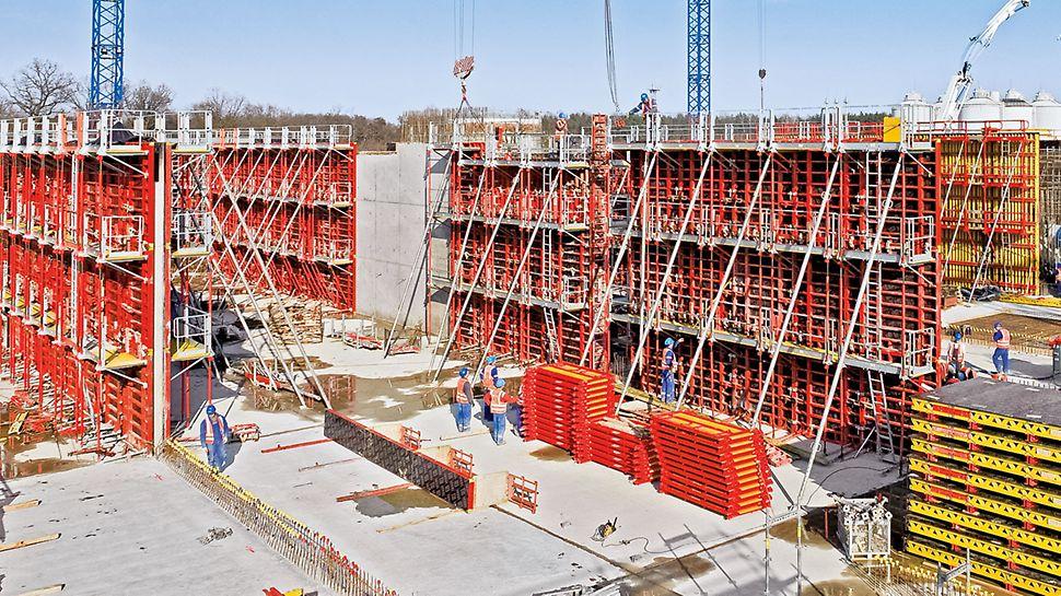 Ausgestattet mit Bühnensystemen bietet TRIO maximale Sicherheit für das Baustellenteam. Komplette Umsetzeinheiten mit Arbeitsbühnen, Leiteraufstiegen und Absturzsicherungen wandern großflächig von Takt zu Takt.