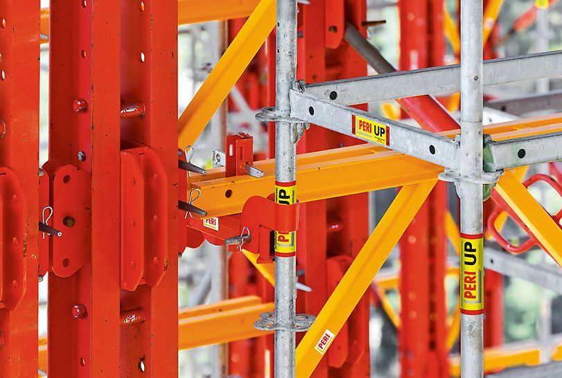 VARIOKIT es compatible con el sistema de andamios PERI UP. Así pueden montarse con rapidez y seguridad los accesos y plataformas de trabajo necesarias.
