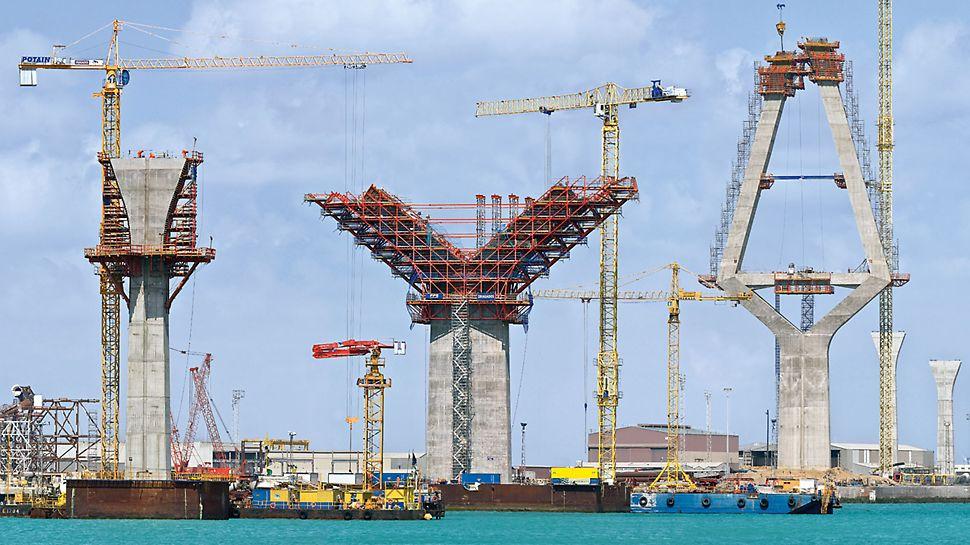 Most nad zátokou v Cádizu: Celá mostní stavba se všemi pylony, pilíři a mostovkou se vyznačuje velmi rozdílnými úseky stavební konstrukce.