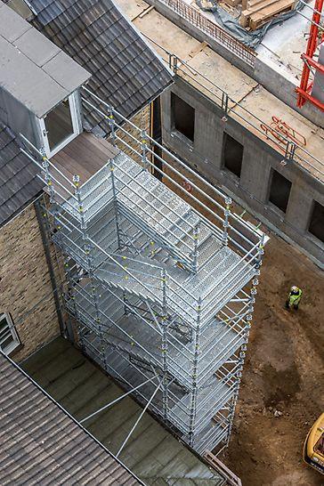 PERI Gerüsttreppen als temporäre Fluchttreppen: 14 m hoher Treppenturm mit PERI UP Flex Treppe 100 als Nottreppe während Neubau des Zentralklinikuma UKSH Kiel.