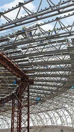 Rusztowania wiszące dachowych części dźwigarów.