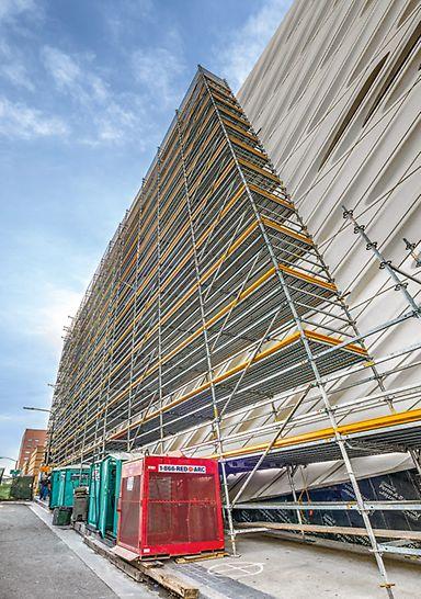 Широкий диапазон размеров системных элементов PERI UP Flex позволяют собрать конструкцию для проведения фасадных работ практически любой ширины.