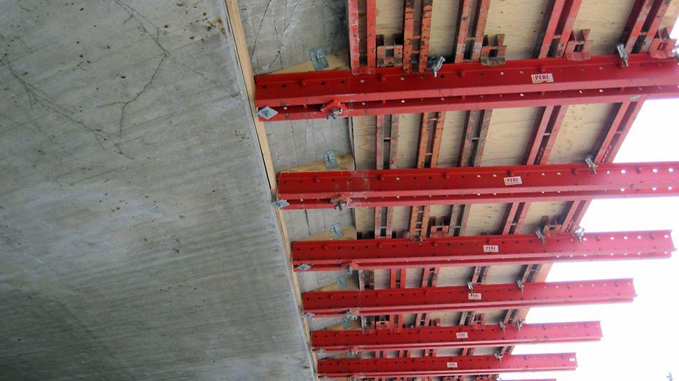 Dyssegårdsvej bro - Bærende ståldragere (RCS bjælker) forankret i det eksisterende brodæk. Strøerne er mindre ståldragere (SRZ profiler) fastholdt med drageklemmer.