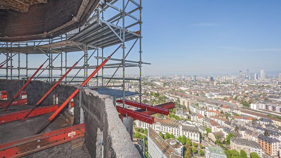 Blick vom Henninger Turm mit installiertem Gerüst auf die Dächer der Stadt Frankfurt.