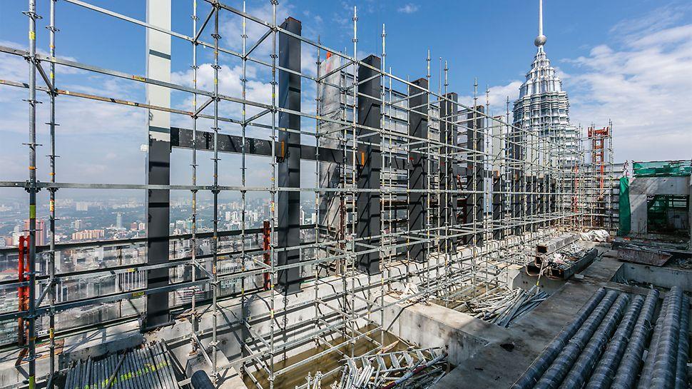 Das flexible Gerüstsystem PERI UP überzeugte in Kuala Lumpur einerseits durch einfache Montage, andererseits insbesondere durch die optimalen Anpassungsmöglichkeiten an Geometrien und Lasten. So ließen sich unter anderem die vielen aussteifenden Stahlrippen einfach umbauen.