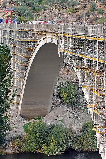 Brückensanierung Ponte Rio Tua, Vila Real, Portugal - Durch die optimale Anpassung des Modulgerüstsystems an die komplizierte Brückengeometrie konnten sowohl die Gerüstmontage, als auch die Sanierungsarbeiten beschleunigt werden.